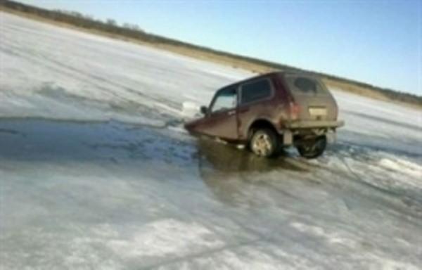 Два автомобиля провалились под лёд наБайкале, один человек пропал без вести
