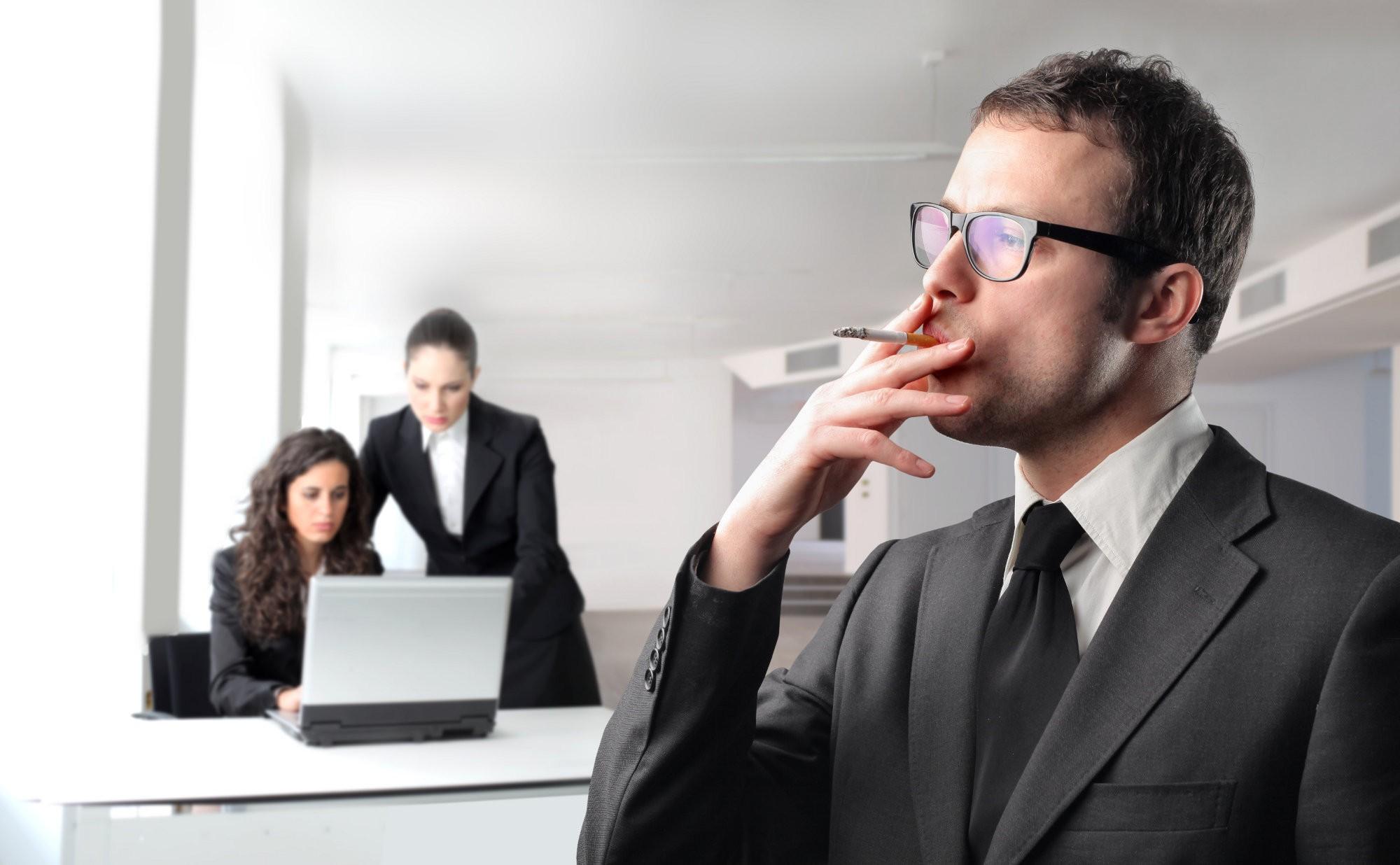 Специалисты: Активные курильщики растрачивают на«перекуры» около 2 месяцев вгод