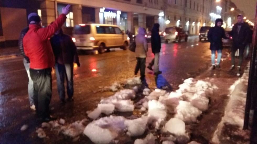 ВПетербурге глыба льда упала надевушку уМосковского вокзала