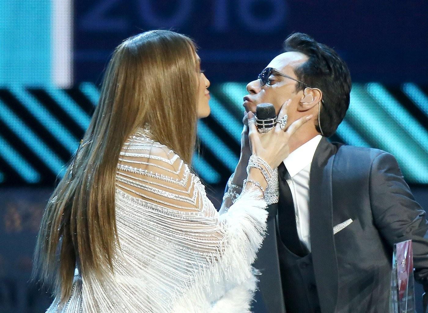 Дженнифер Лопез расцеловала экс-супруга на сцене Latin Grammy