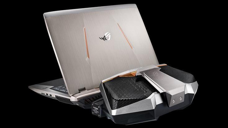 Ноутбук Asus GX800 в наборе имеет рюкзак ифирменный чемодан для транспортировки