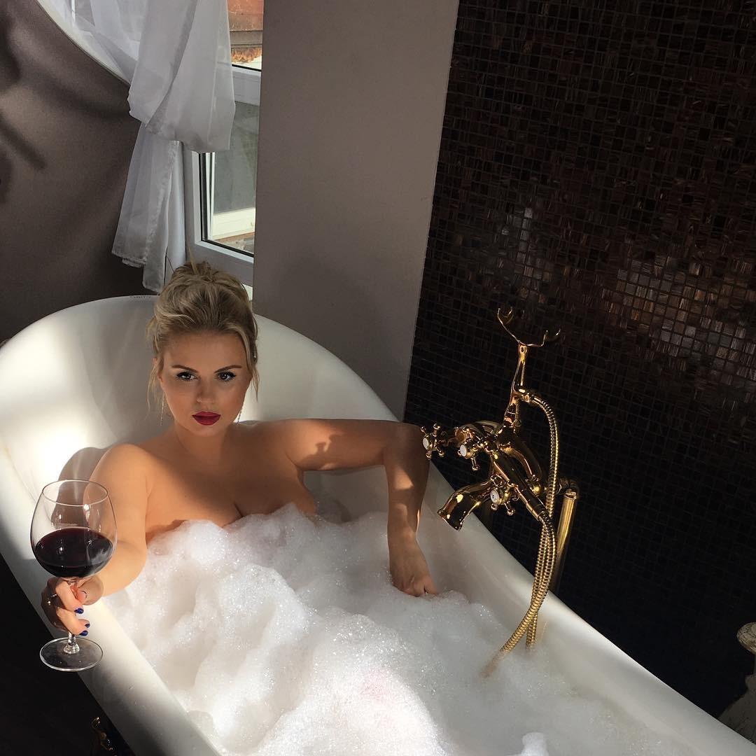 Анна Семенович взбудоражила фанатов откровенным снимком вванной