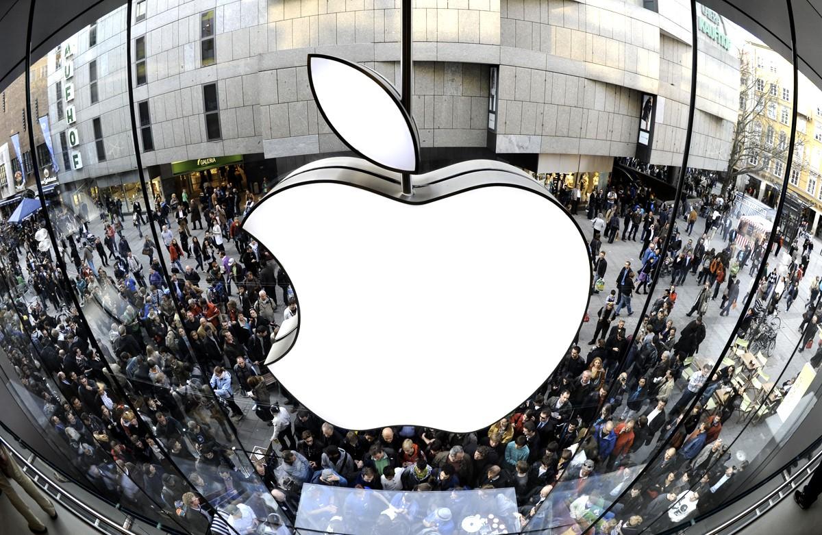 Apple запатентовала смартфон, который можно будет сложить в пару раз