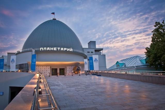 Ель у Московского планетария украсили космическими объектами