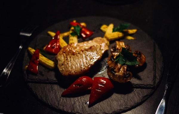 Ученые: Прием пищи при искусственном свете способствует развитию ожирения