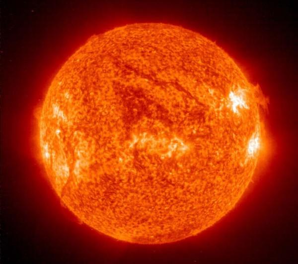 NASA раскрыл секрет «феномена червоточины» на снимке Солнца