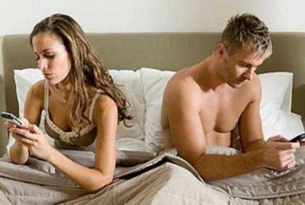 Ученые: К 2030 году люди перестанут заниматься сексом из-за гаджетов