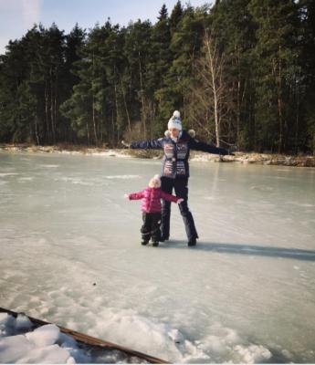 Татьяна Навка показала младшую дочь на льду