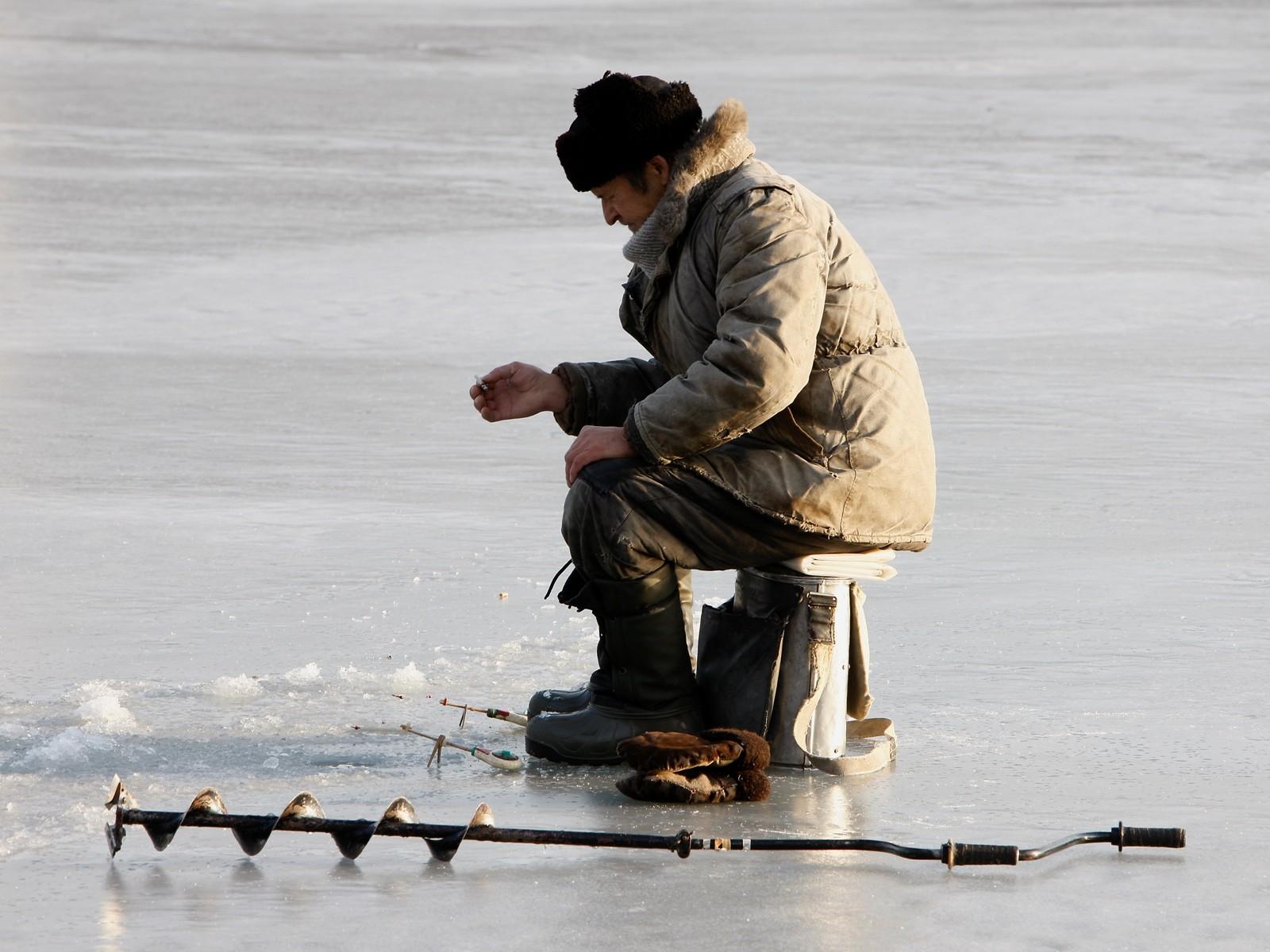 Cотрудники экстренных служб эвакуировали рыбака сольда водома