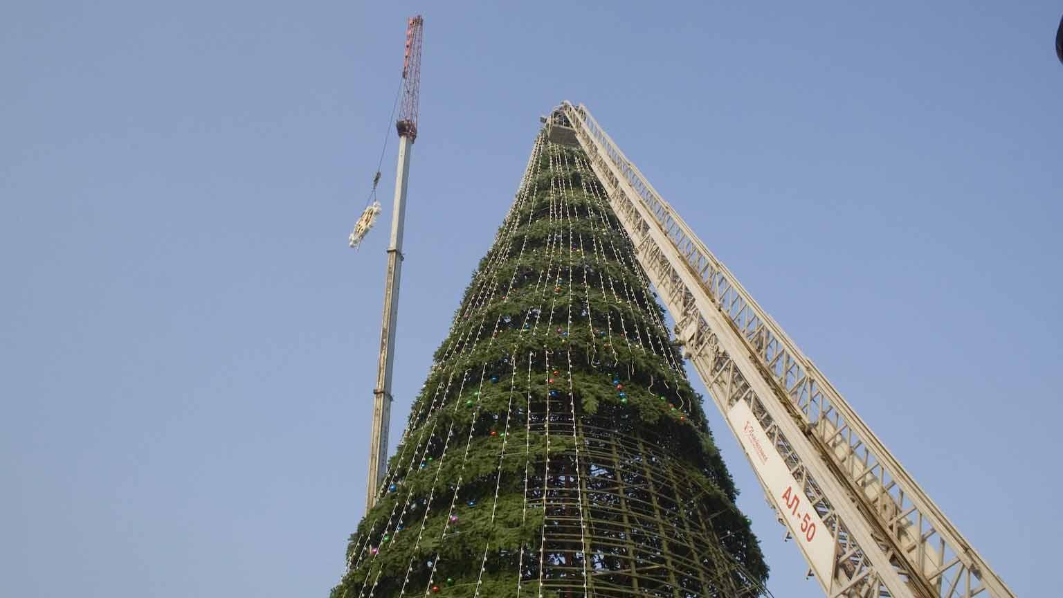 ВБурятии новогодняя елка повредила три автомобиля