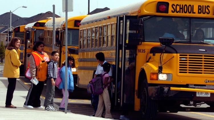 ВКанаде перевернулся автобус сошкольниками