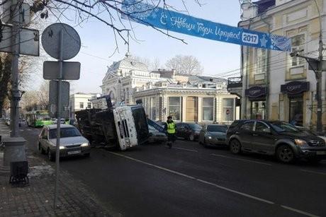ВИркутске опрокинулся эвакуатор впроцессе погрузки авто нарушителя