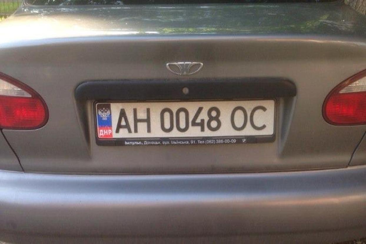 В российской столице жителя ДНР лишили прав занаклейку сфлагом непризнанной республики