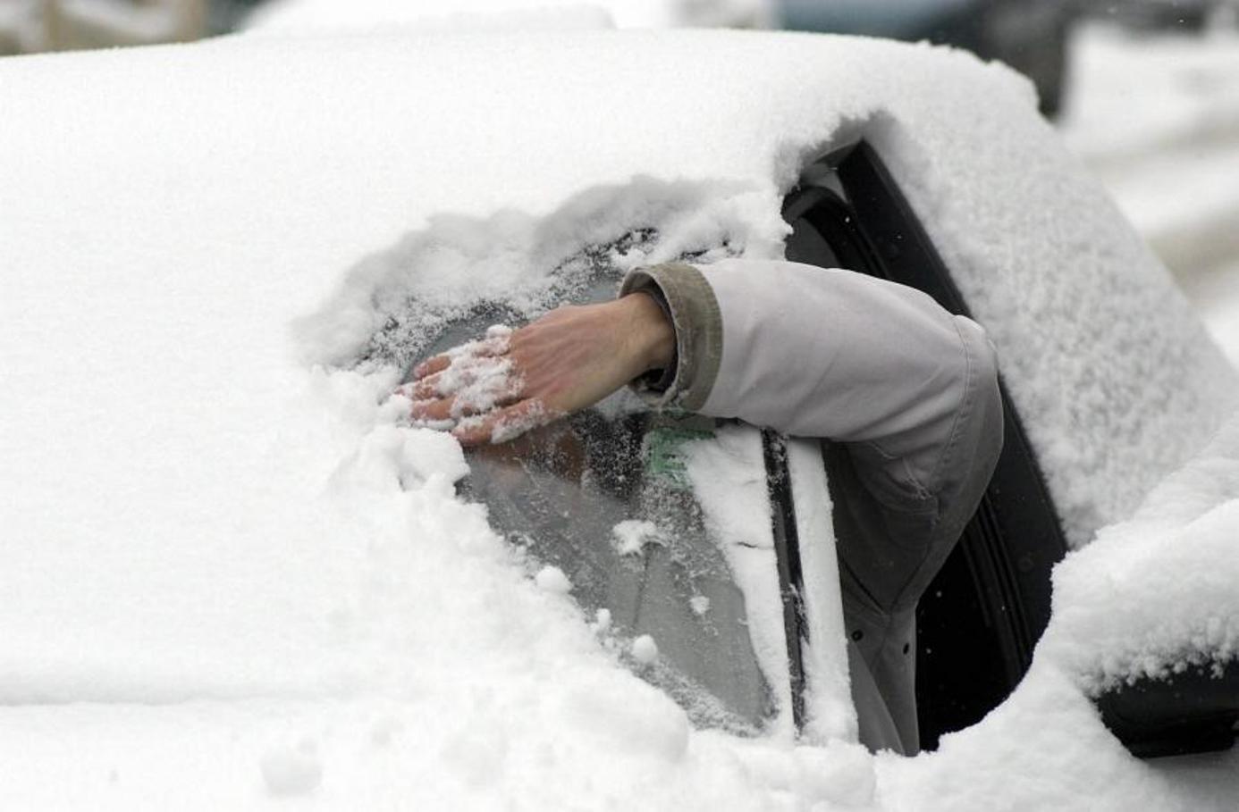 Автомобилиста могут отнять прав зазалепленные снегом номера