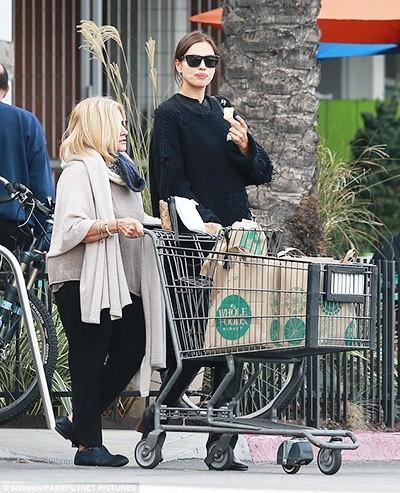 Ирина Шейк прошлась по магазинам с мамой Брэдли Купера