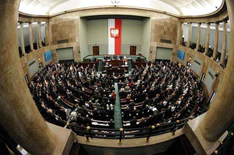 Президент Польши проводит встречи слидерами оппозиции после протестов