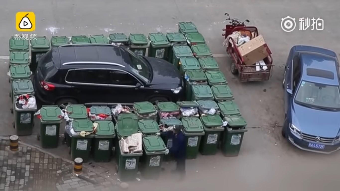 Мусорщик заблокировал автохама 40 баками