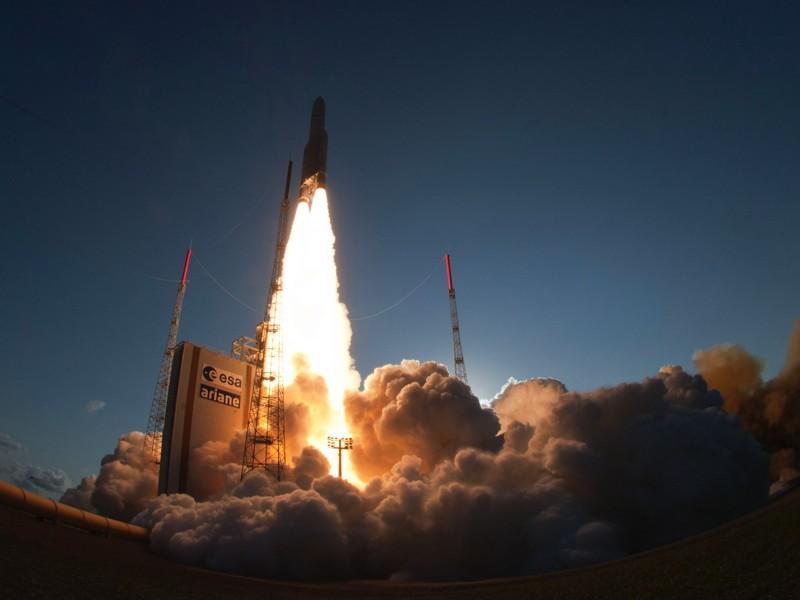 Франция запустила тяжелую ракету Ariane-5 с 2-мя спутниками