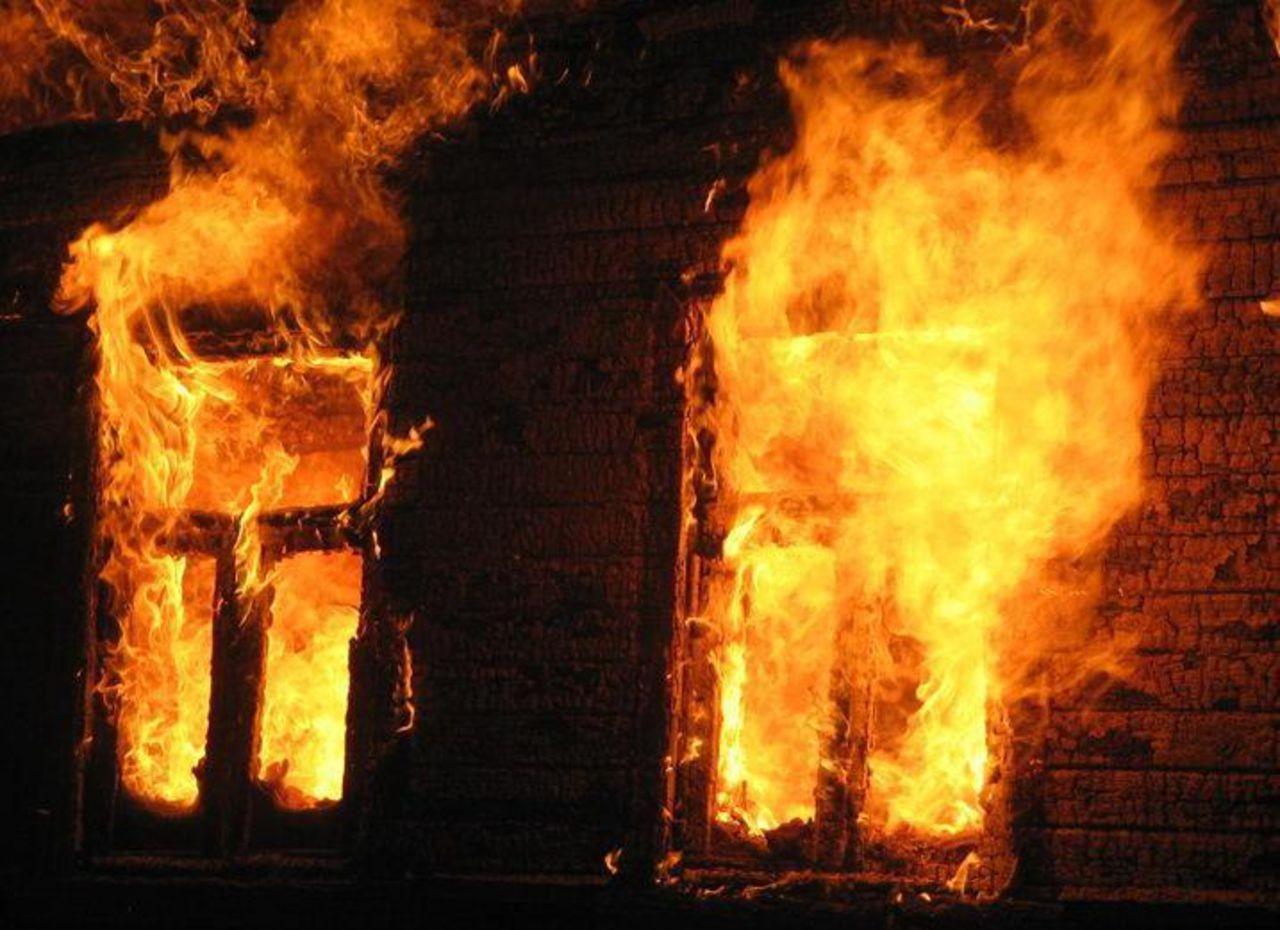 В новейшей российской столице врезультате сильного возгорания вдоме погибли три человека