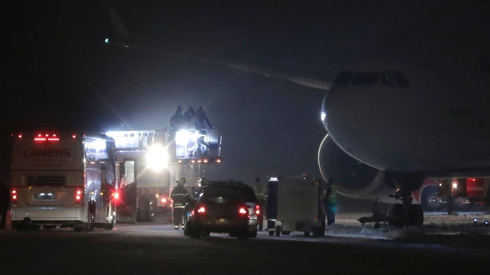 ВСША самолет сфутболистами приземлился запределами посадочной полосы