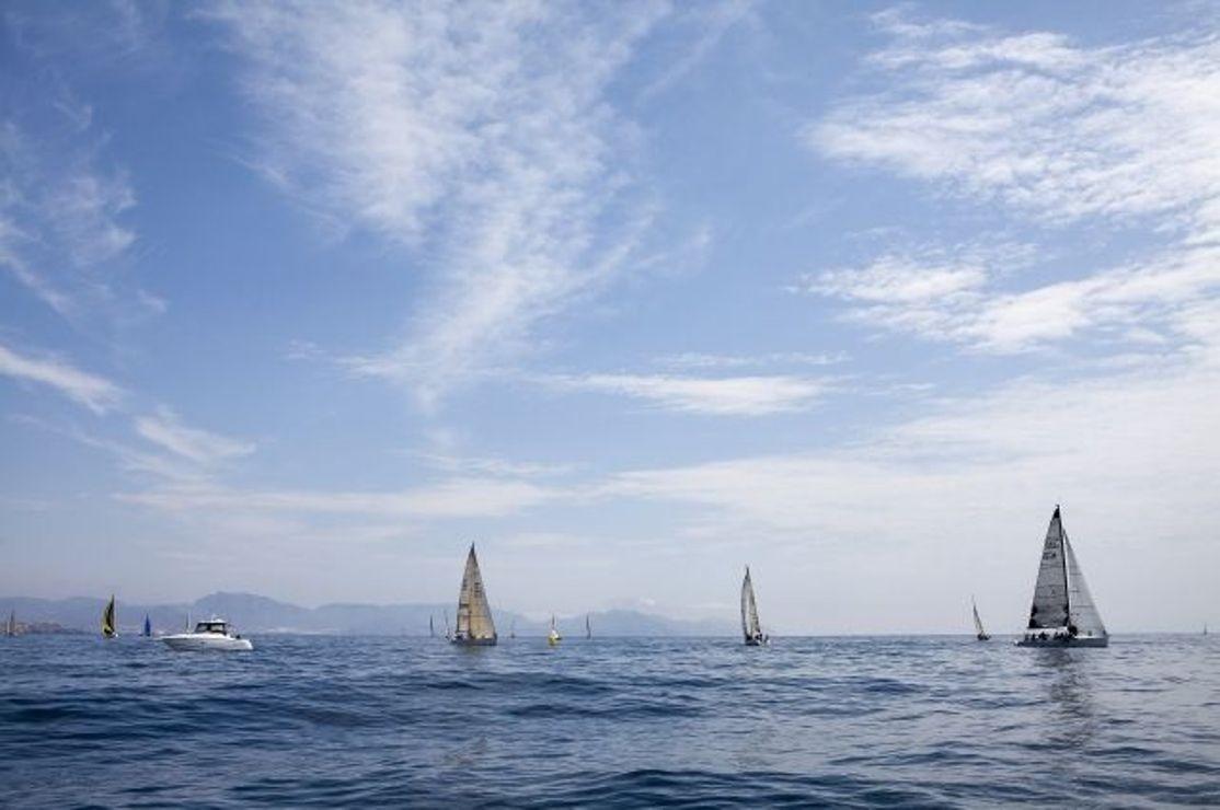 Француз установил мировой рекорд за 49 дней совершив кругосветное плавание на яхте