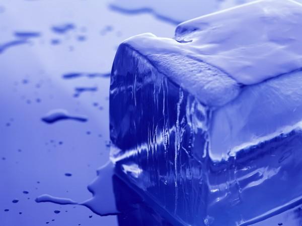 Ученые выяснили, почему поверхность льда мокрая