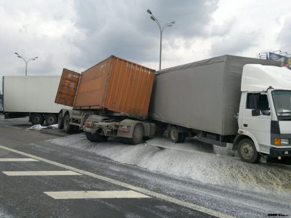 На МКАДе столкнулись четыре грузовых автомобиля