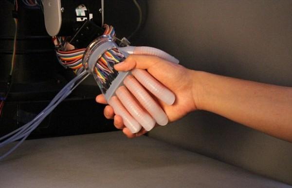 Учёные создали роботизированную руку с тактильными датчиками
