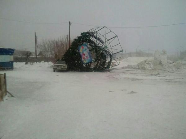 В Мариинске сильный ветер снес главную новогоднюю елку
