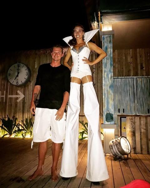 Дмитрий Тарасов отдохнул на курорте с длинноногой брюнеткой