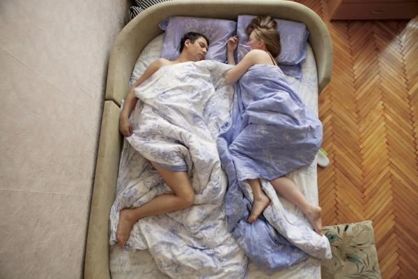 Ученые выяснили, что счастливы влюбленные спят почти вплотную друг к другу