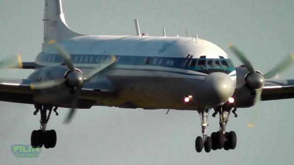 При аварийной посадке Ил-18 загорелся левый двигатель