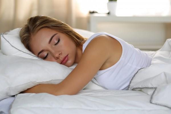 Ученые: Сон на боку способствует очистке мозга от отходов