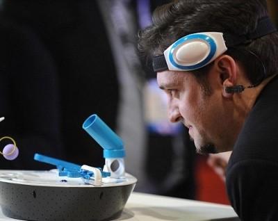 """Ученые из университета Уорвик создали приборы, которыми управляют """"силой мысли"""""""