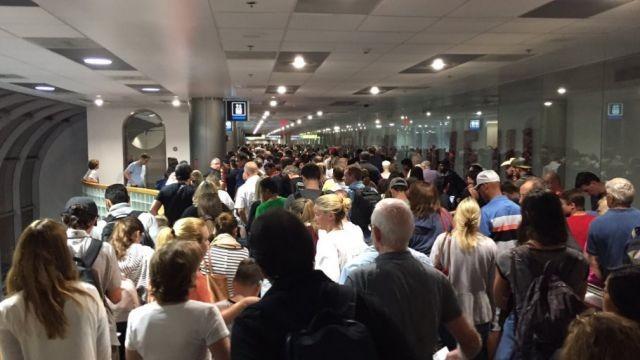 Ваэропортах США образовались огромные очереди из-за сбоя всистемах погранконтроля
