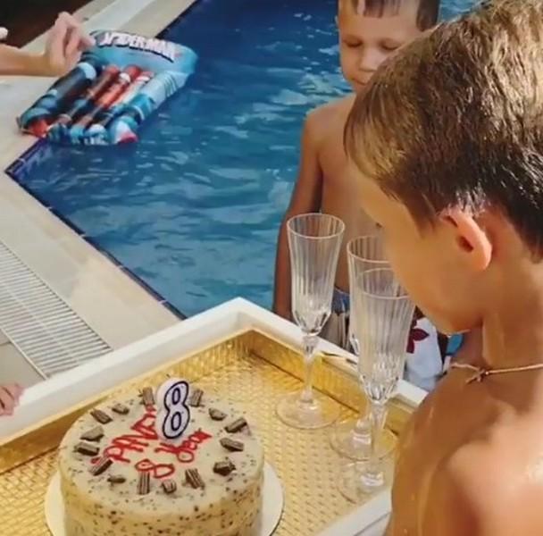 Сын футболиста Павла Погребняка обозначил день рождения всамом дорогом отеле мира