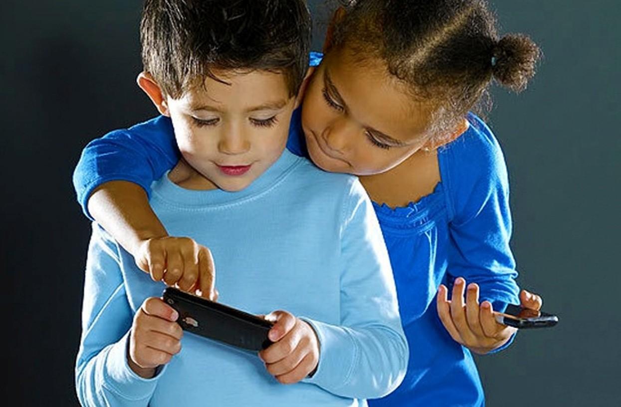 При увлечении телефонами дети получают синдром «сухого глаза»— Ученые