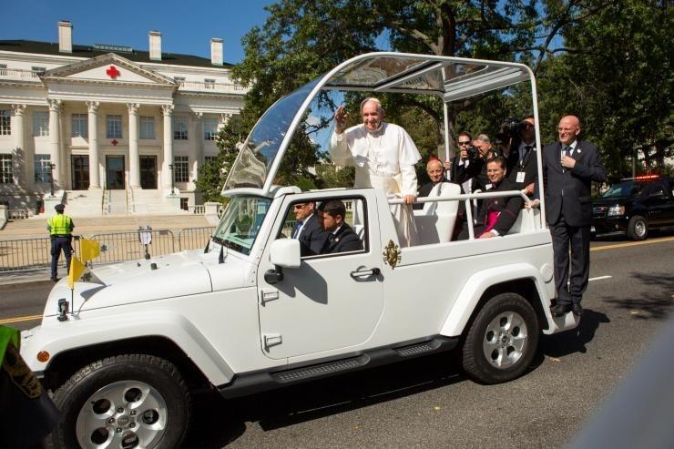 Папа Римский отказался пересаживаться вбронированный папамобиль