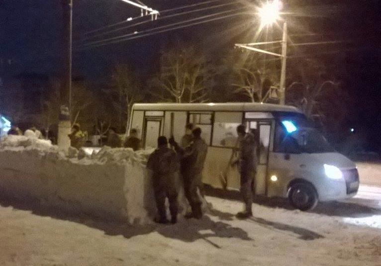 Нетрезвый офицер ВСУ заставил военнослужащих строить остановку изснега