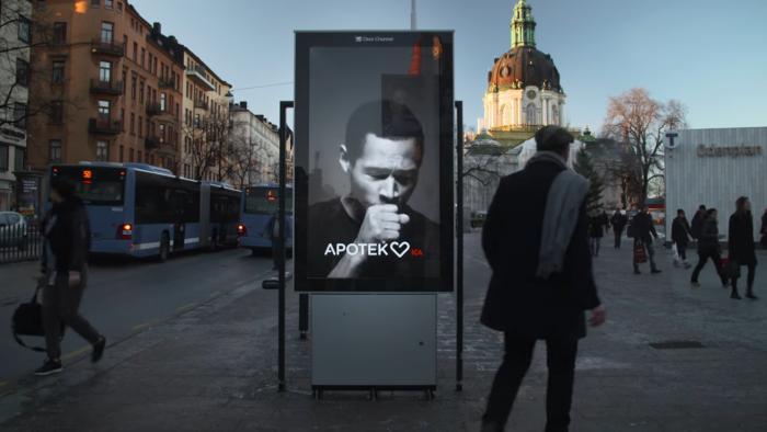 ВШвеции создали рекламный щит смужчиной, кашляющим при наличии табачного дыма