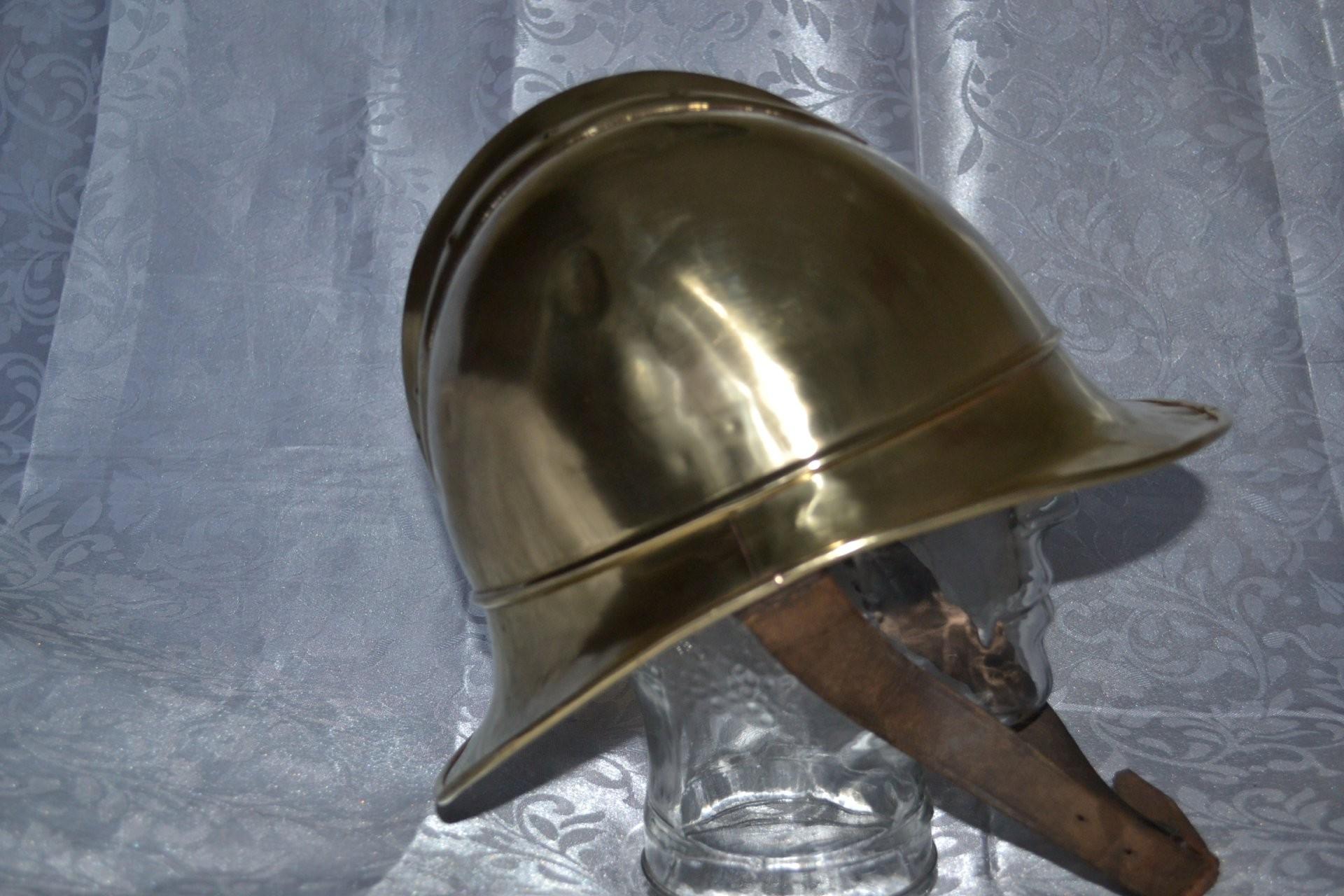 Изкоммуналки наСуворовском украли стародавний пожарный шлем