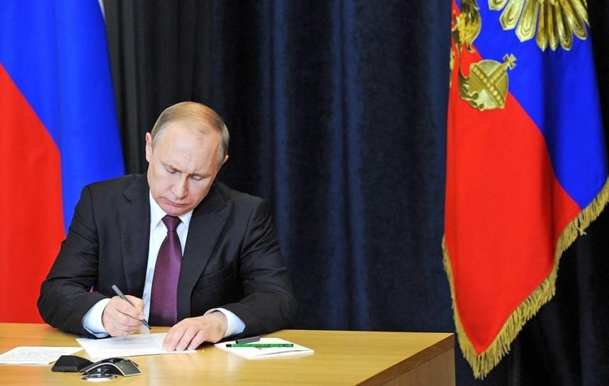 Путин утвердил требования кстажу высокопоставленных чиновников