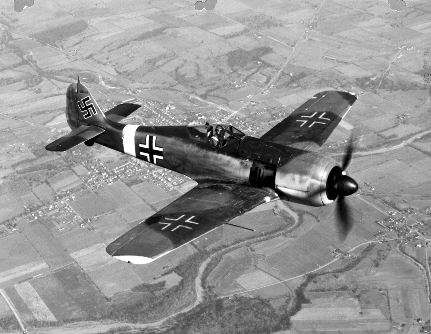 Поисковики поведали историю самолета, найденного уберегов Сочи, иназвали имена пилотов