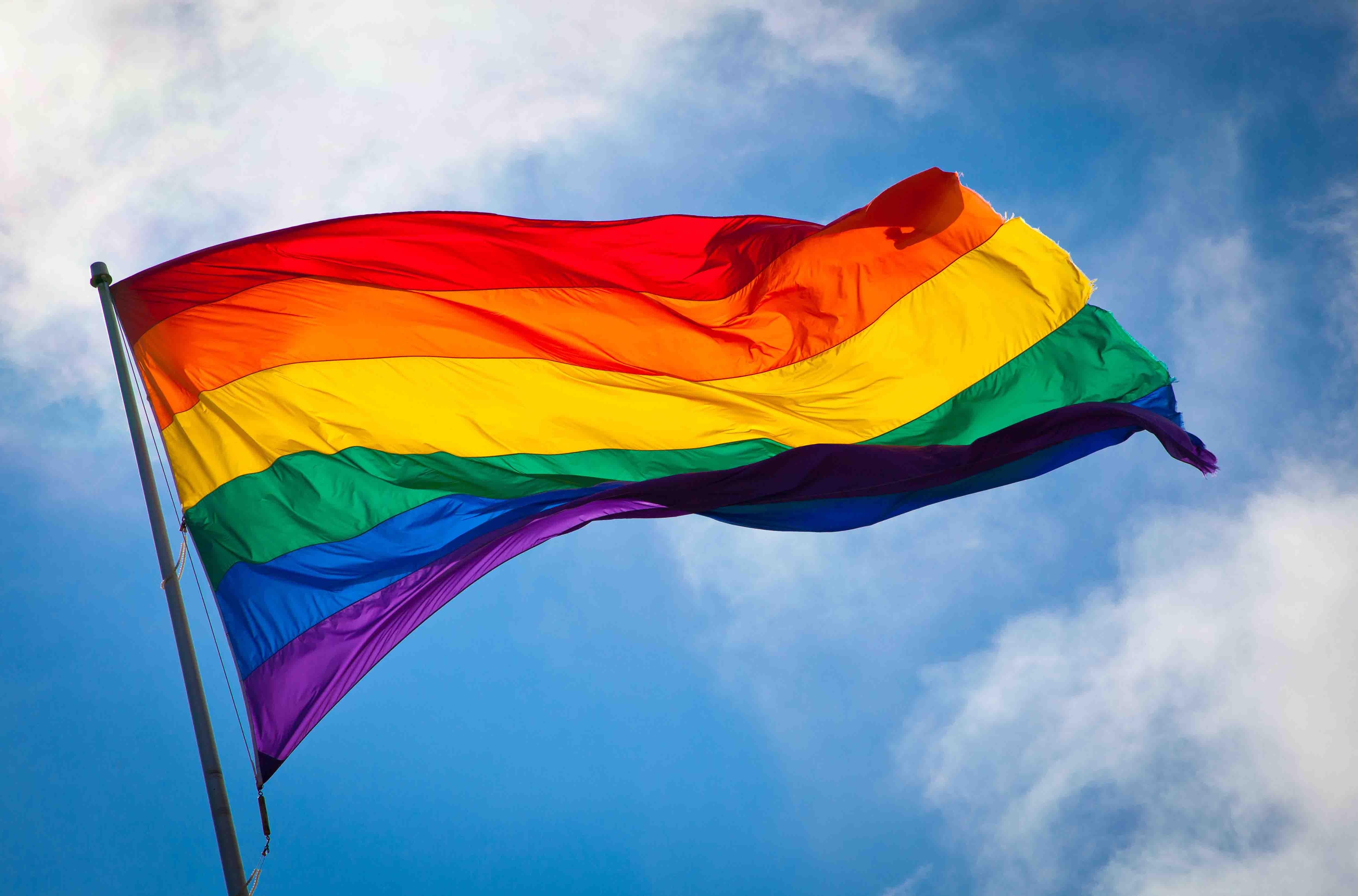 ЛГБТ-активисты устроили танцы протеста перед офисом будущего вице-президента США