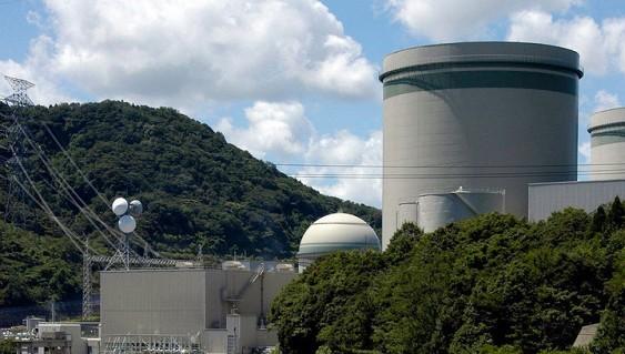 Подъемный кран рухнул наодно иззданий японской АЭС «Такахама»