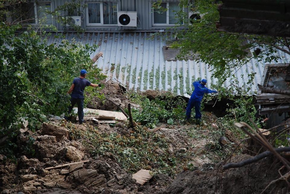 Людей, погребенных живьем под обвалившейся горой, ищут в КНР
