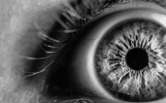 Ученые: впроцессе моргания мозг переставляет глазные яблоки