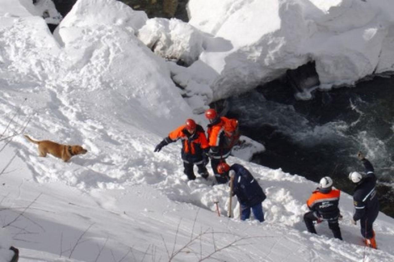 ВМурманской области три человека попали под лавину