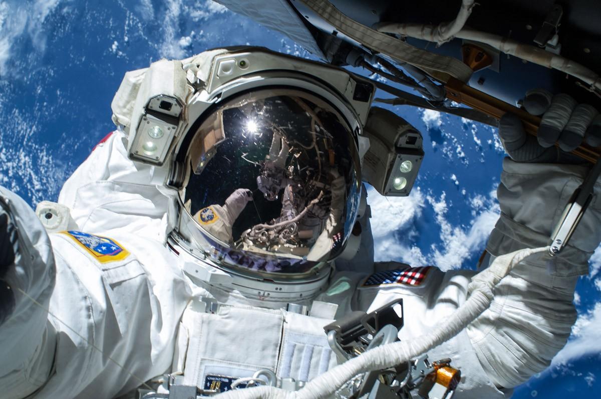NASA показало новый скафандр для астронавтов корабля Starliner