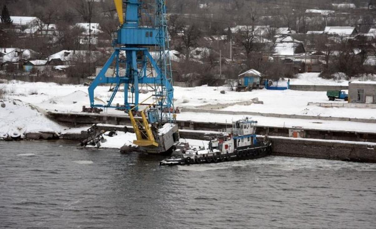 НаДнепре тонет баржа: вреку вылилось 300 тонн мазута
